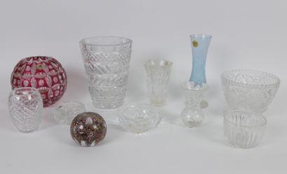 Lot de verrerie comprenant:  5 vases dont...