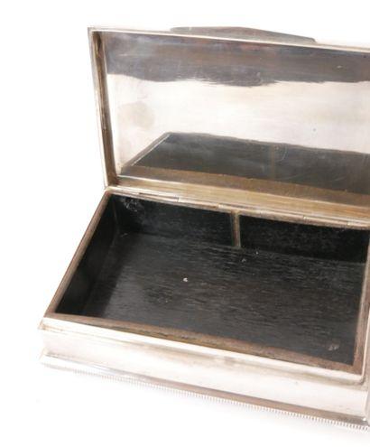 Boîte à cigarettes en argent (835/1000e), le couvercle à décor guilloché. Elle repose...