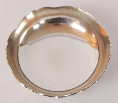 Coupe circulaire en argent (950/1000e) reposant sur trois pieds cambrés en forme...