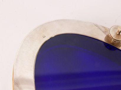 Centre de table en métal argenté de forme ovale à décor d'une galerie ajourée. Petits...