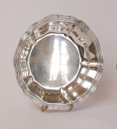 Paire d'assiettes en métal argenté, modèle filet-contours, l'aile gravée d'armoiries...