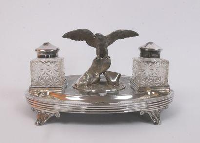 Encrier ovale en métal argenté orné d'un...