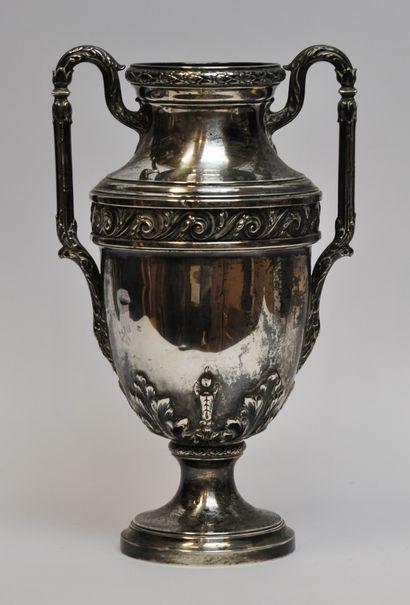 Grand vase balustre sur piédouche en argent...