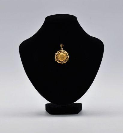 Pendentif en or 750 millièmes centrée d'une...