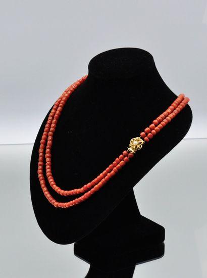 Collier deux rangs de motifs cylindriques de perles de corail, fermoir en métal...