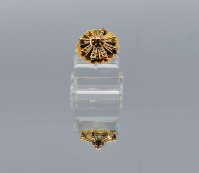 Petite broche circulaire en or 750 millièmes à décor rayonnant alterné de boules....