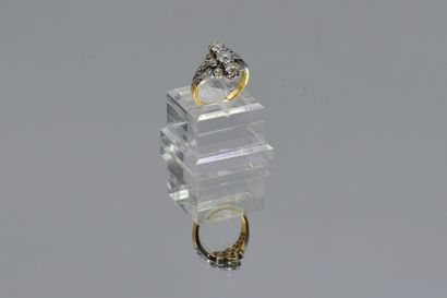 Bague en or 750 millièmes et platine 950 millièmes, le centre orné de diamants ronds...