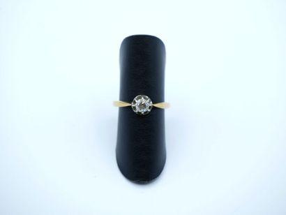 Bague solitaire en or jaune 750 millièmes ornée d'un diamant taillé en brillant...