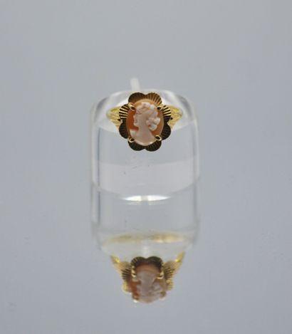 Bague en or 750 millièmes centrée d'un camée représentant une jeune femme. Poids...