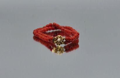Bracelet deux rangs de motifs cylindriques en corail et fermoir en métal doré.  Poids...