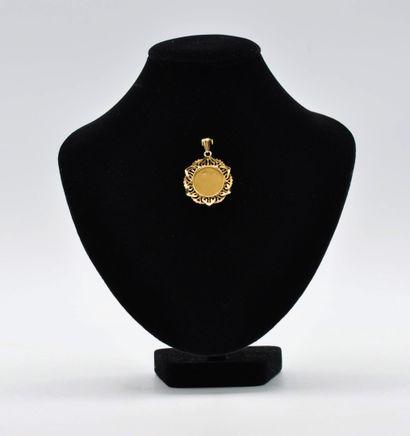 Pendentif en or 750 millièmes centrée d'une Vierge. Poids : 5,64 gr - Diamètre :...