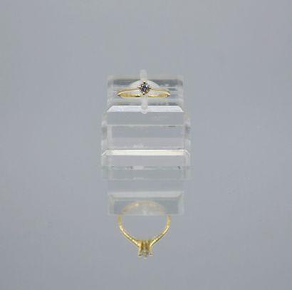 Bague en or 750 millièmes centré d'un diamant...