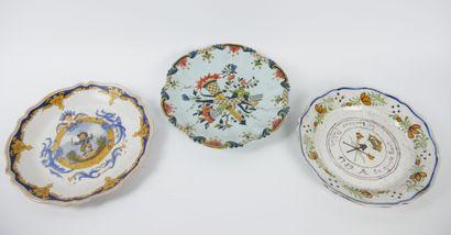 Lot de 5 assiettes en faïence comprenant:  ROUEN, une assiette à décor de cornes...
