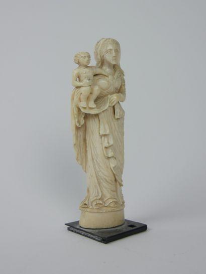 Vierge à l'enfant en os retenant l'enfant...