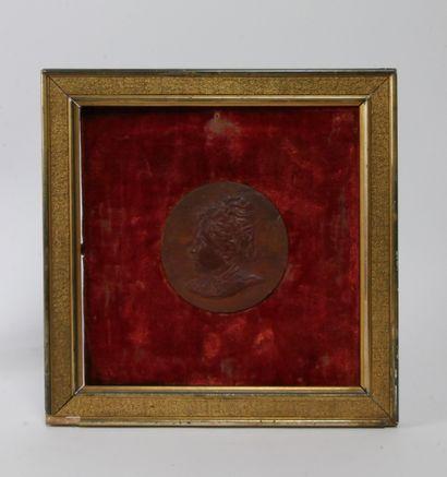 Médaillon en bois représentant une dame vue...