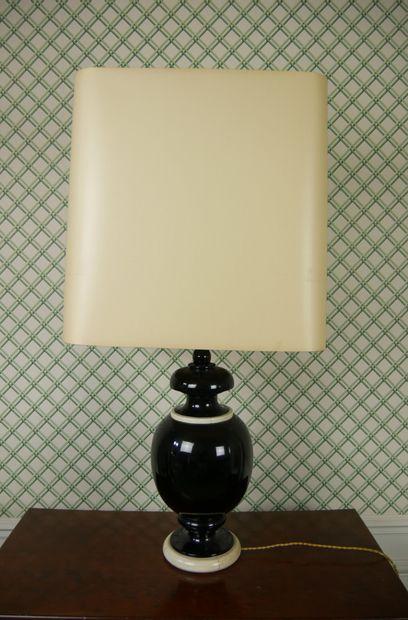 Paire de lampes en bois tourné de forme balustre...