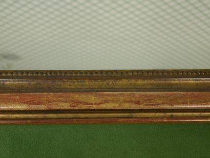 Grande glace de cheminée de forme cintrée, le cadre en bois doré et stuqué à décor...