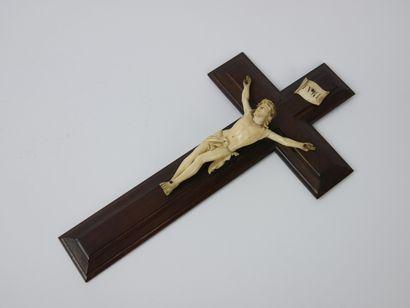 Christ en os sculpté, présenté sur une croix...