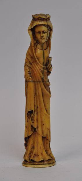 Sculpture en os représentant la Vierge couronnée....
