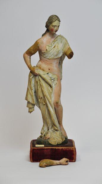 Jeune femme drapée en tilleul sculpté et...
