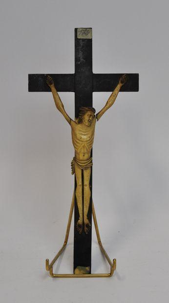 Christ en os sculpté sur une croix en bois...