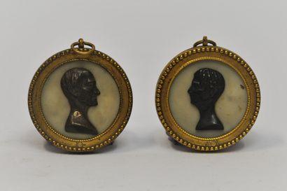 Deux médaillons en bronze à patine brune...