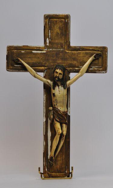 Christ en os sculpté polychrome sur une croix...