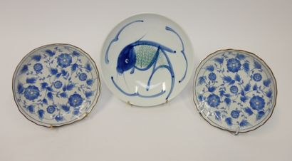 CHINE  Plat en porcelaine à décor de carpes....