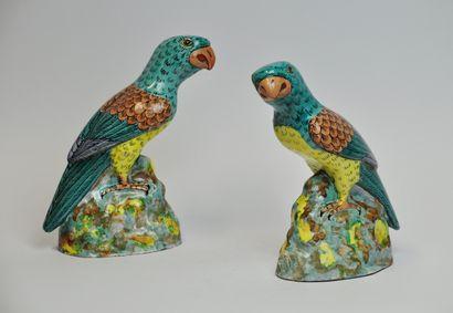 Paire de perroquets en céramique émaillée...