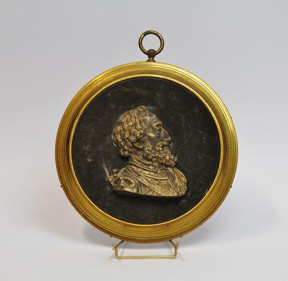 Grand médaillon en bronze doré et ciselé...