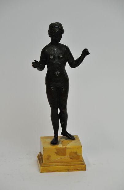 Statuette en bronze à patine brune nuancée...