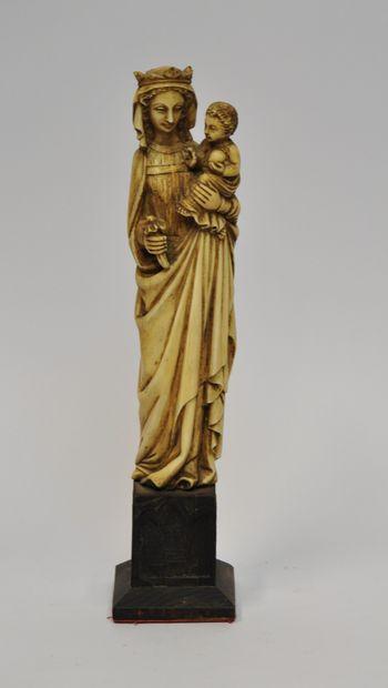 Vierge à l'Enfant en ivoire sculpté. Elle...