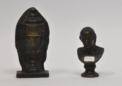 Lot en bronze comprenant :  - Buste représentant...