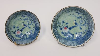 CHINE  Deux bols en porcelaine à décor d'oiseau...