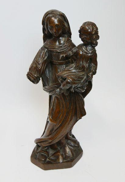 Vierge à l'Enfant en chêne sculpté en ronde-bosse....