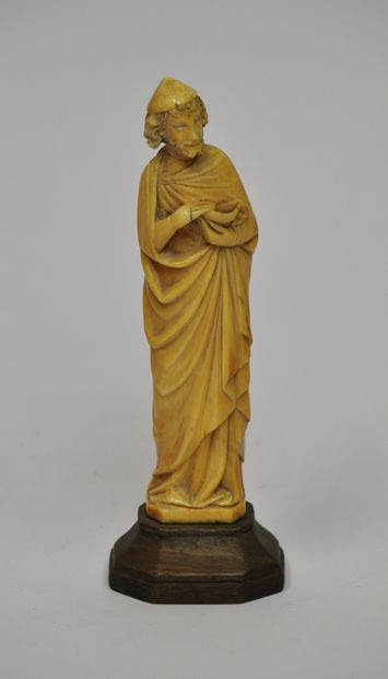 Saint en ivoire sculpté tenant une coupe...