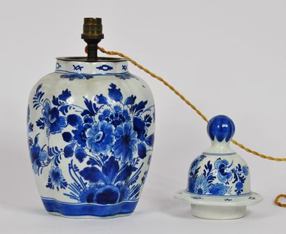 DELFT  Vase godronné en porcelaine blanc-bleu...