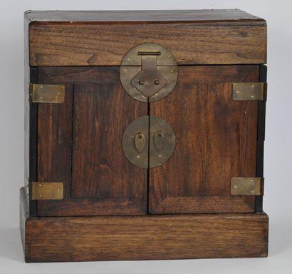 Coffre rectangulaire en bois ouvrant à un...