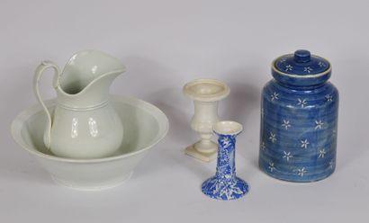 Lot de céramique comprenant:  Un nécessaire...