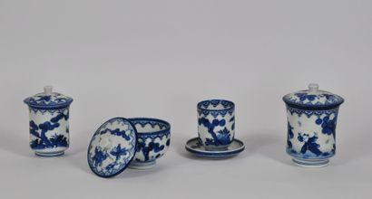 CHINE  Lot en porcelaine à décor en camaïeu...