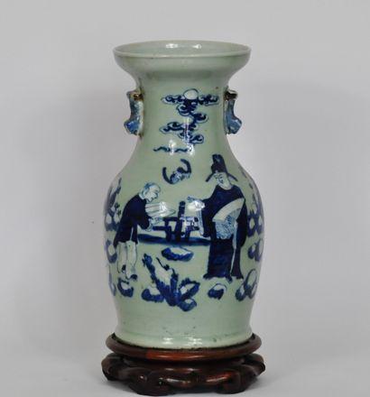 Vase balustre en porcelaine à décor bleu-blanc...