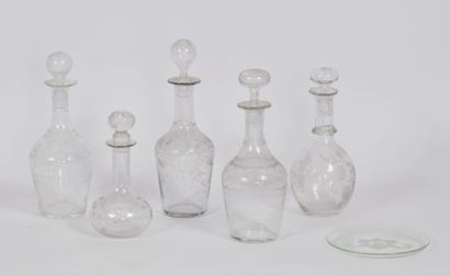 Lot de 5 flacons en verre gravé à décor de...
