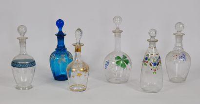 Lot de 6 flacons en verre à décor émaillé...