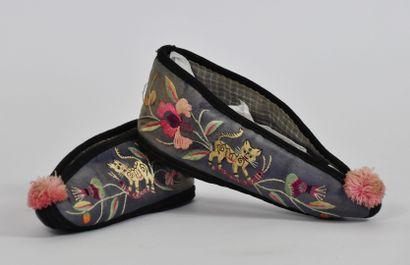 Paire de chaussons traditionnels en soie...