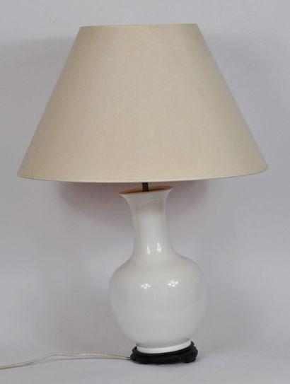 Vase de forme balustre en porcelaine blanche...