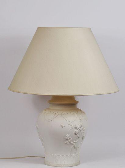 Lampe balustre en porcelaine à décor de fleurs,...