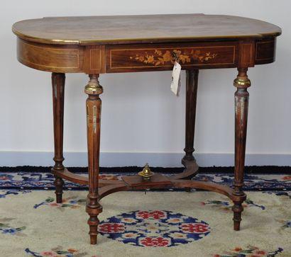 Table de milieu en bois de placage à décor...