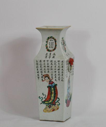 Vase de section carrée à col évasé en porcelaine...