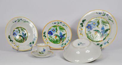 Lot de vaisselle en porcelaine comprenant:...