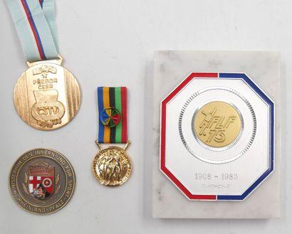 ETRANGERS. Ensemble de 4 Médailles et Plaque....